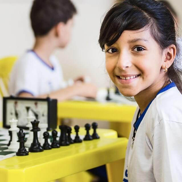 Aluna do Ramacrisna em aula de xadrez