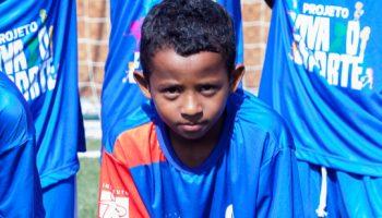 Menino com uniforme de futebol.