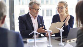 foto de empresários analisando um projeto sustentável