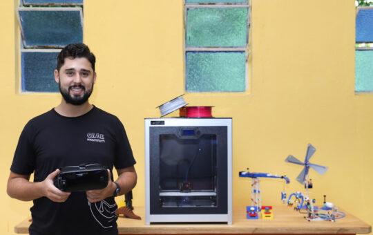Geisibel Castro, gestor do Ramacrisna, segurando um óculos de realidade virtual.
