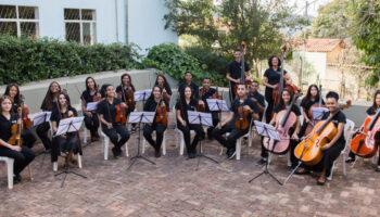 Grupo de pessoas da Orquestra Jovem Ramacrisna.