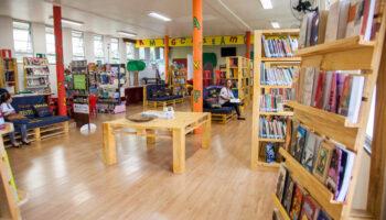 Imagem mostra a biblioteca do Ramacrisna que está completando 47 anos, prateleiras, livros