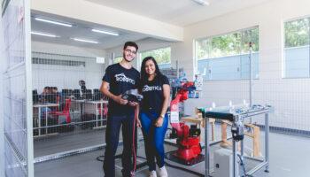 Foto de um dois jovens em um dos cursos gratuitos de tecnologia do Ramacrisna, robótica educacional.