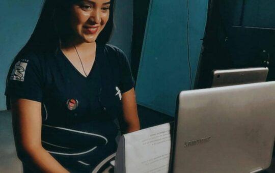 Jovem de frente ao computador fazendo lives no Ramacrisna.
