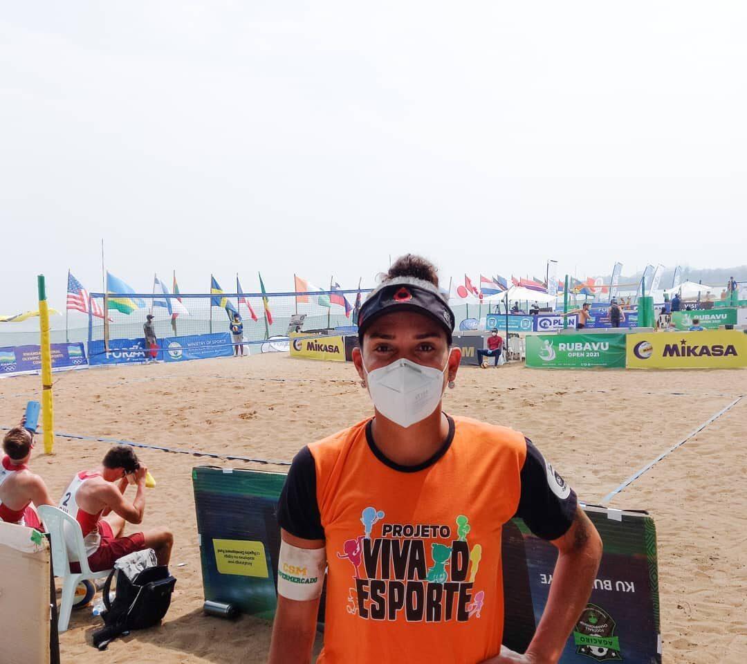 Rupia Inck durante o Campeonato Mundial de Vôlei de Praia. Ela está de máscara, viseira e com a camisa do projeto Viva o Esporte