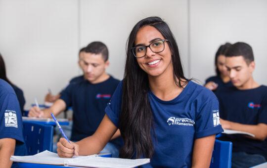 Jovem em aula no projeto Adolescente Aprendiz do Instituto Ramacrisna. Trabalho decente e crescimento econômico fazem parte dos Objetivos do Desenvolvimento Sustentável