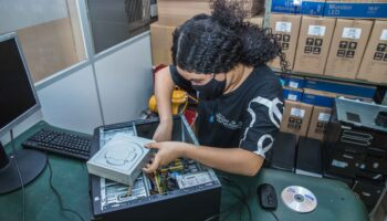 Mulher adolescente durante aula de Robótica Educacional no Instituto Ramacrisna.