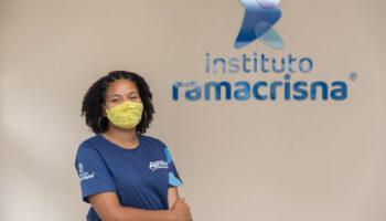 jovem aprendiz em frente ao Instituto Ramacrisna